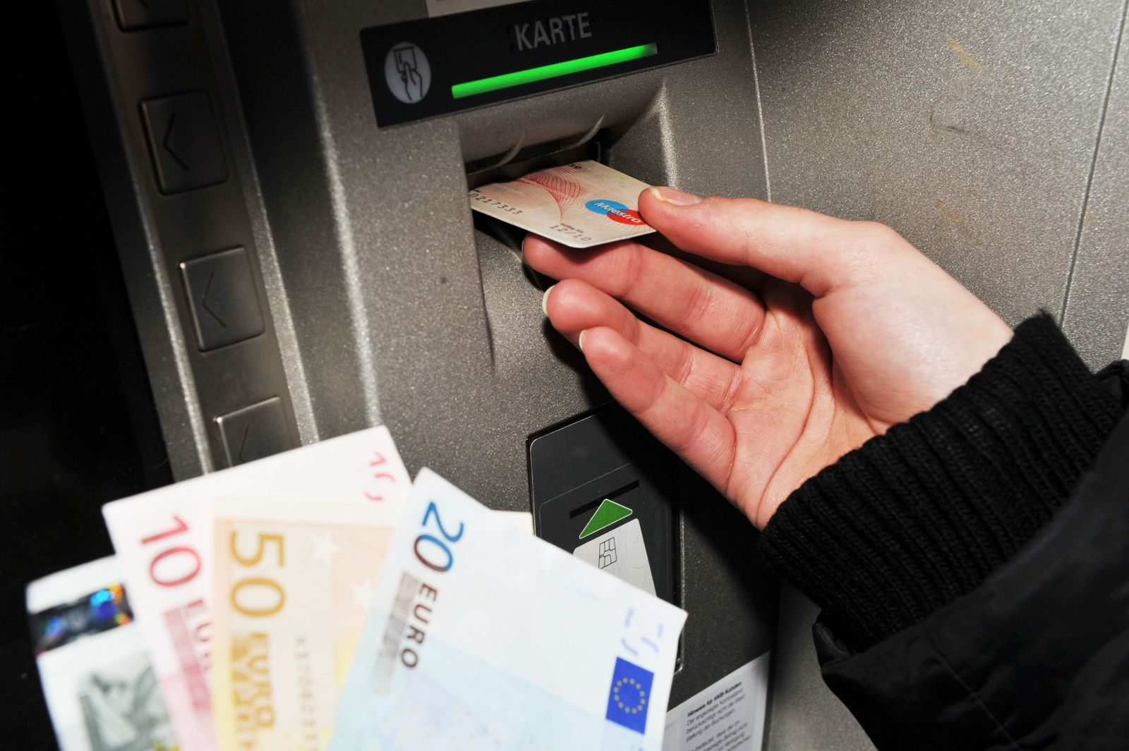 Bargeld / EC-Karte / Geldautomaten / Bank / Sparkasse / Girokonto