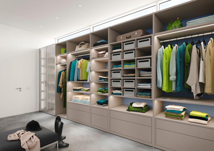 Viele Kleiderschränke werden heute nach Maß gebaut.