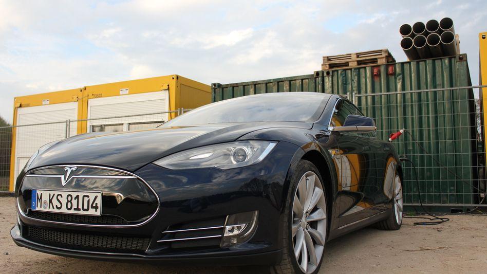 Tesla Model S beim Laden mit Baustellenstrom: