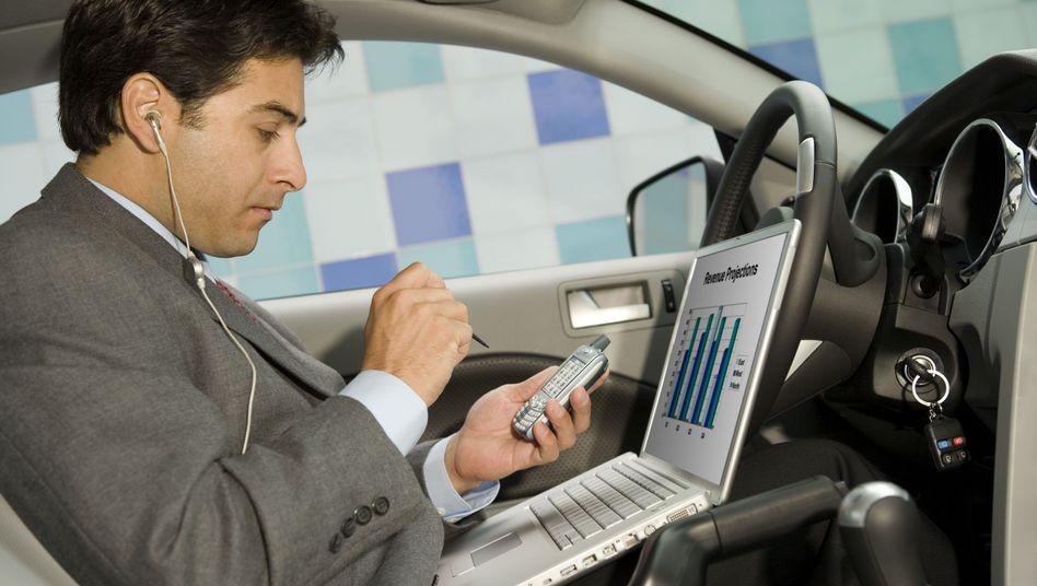 Statussymbole: Vom Arbeitgeber finanziertes Handy, Notebook und Dienstwagen