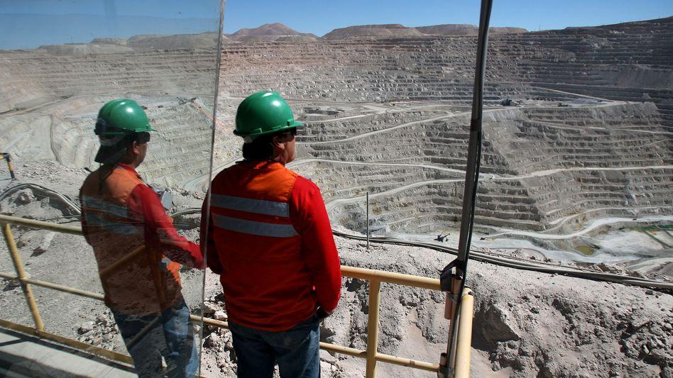Kupferner Glanz in der Bilanz: Der Bergbauriese BHP (im Bild die weltgrößte Kupfermine des Konzerns in Nordchile) verdiente dank gestiegener Eisenerzpreise glänzend
