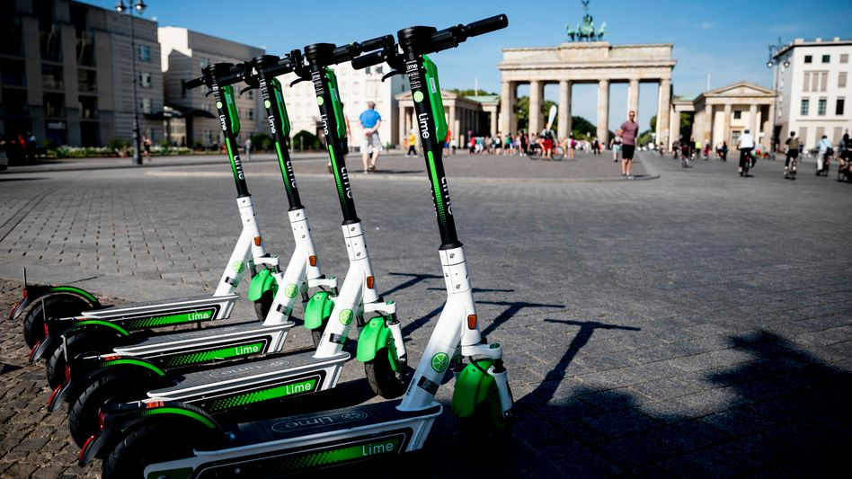 Parkende E-Tretroller am Brandenburger Tor in Berlin: Damit soll bald Schluss sein