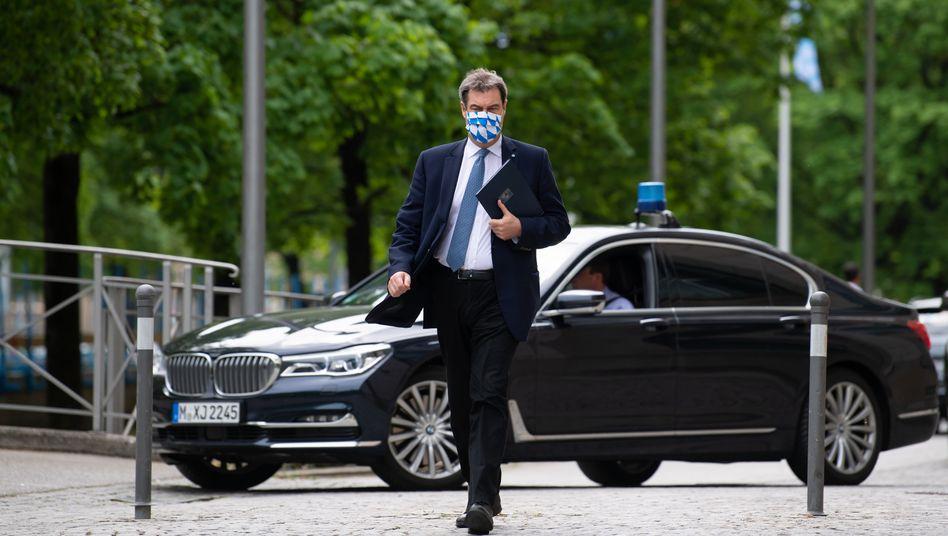 Markus Söder (CSU), Ministerpräsident des Autolandes Bayern, vor einem BMW