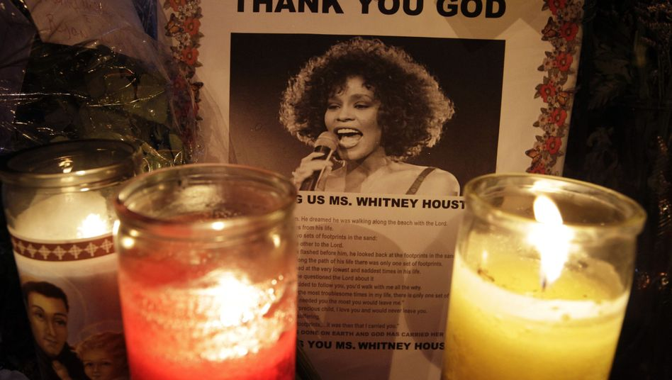 Kerzen für den Star: Whitney Houstons Grab
