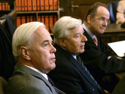 Schwarze Kasse in der Schweiz: Kanther (l.) und Weyrauch (r.) vor Gericht