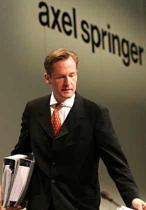 Mathias Döpfner (42) bewies seine Entschlossenheit, als er in seiner Funktion als Springer-Vorstandschef dazu beitrug, dass Leo Kirch 2002, damals zweitgrößter Springer-Einzelaktionär, im Ruin endete. Wo Branchenpolitik gemacht wird, von Rechtschreibreform bis Presserecht, erstaunt er mit griffigen Meinungen, die er auch durchzusetzen weiß. Der Mann kann sich viel Selbstbewusstsein leisten - er verfügt über engste Beziehungen zur Verlegerwitwe Friede Springer.