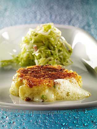 Köstlich gebräunt: Pinzgauer Kaspressknödel mit Spitzkohlsalat