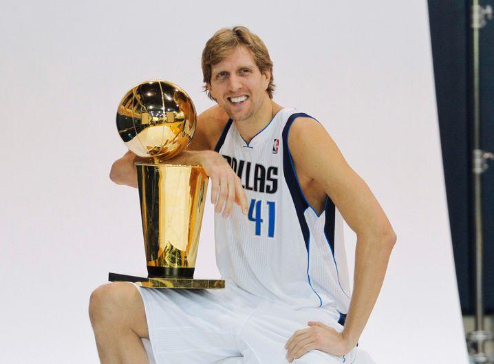 Big Friendly German Dirk Nowitzki 2011 mit der NBA-Trophäe