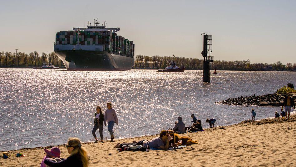 Containerschiff auf der Elbe in Hamburg: Deutschlands Im- und Exporte sind auch im Mai eingebrochen