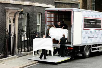 Umzug vor Fernsehkameras: Möbelpacker räumen Blairs Amtssitz