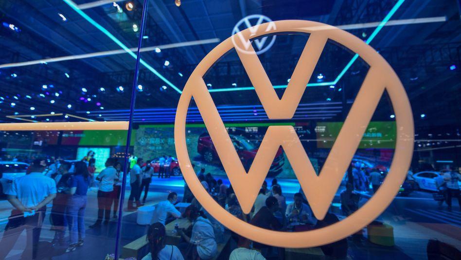 Volkswagen-Stand auf einer Automesse in China: Die Corona-Pandemie zwingt den Autobauer zu strenger Kostendisziplin