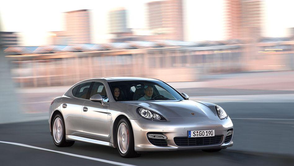 """""""Ein Markt, in dem man, wenn man Geld hat, ein großes Fahrzeug kauft, den Luxus zeigt und sich fahren lässt"""": Der Porsche Panamera verkauft sich nach Angaben von Porsche-Chef Macht vor allem in Schwellenländern gut"""