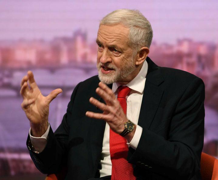 Labour-Chef Jeremy Corbyn fordert im Falle einer Abstimmungsniederlage von Premierministerin May Neuwahlen
