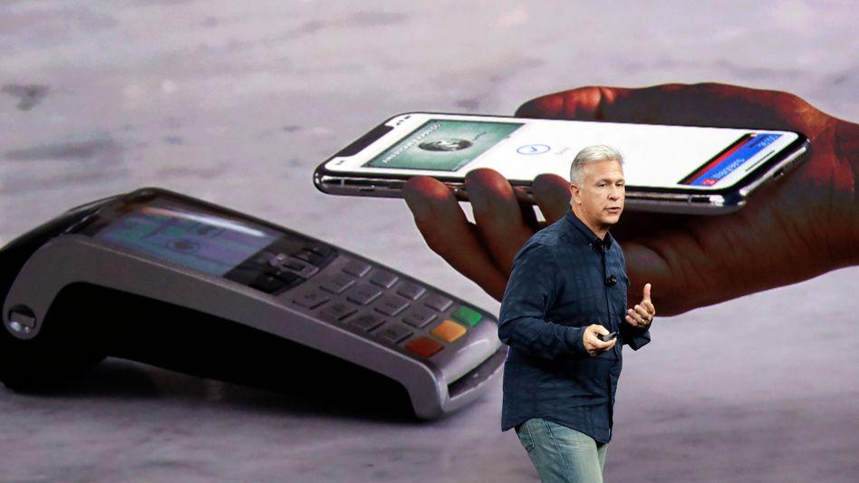 Steuertrickser: Apple knöpft europäischen Kunden für sein iPhone X mehr als 1000 Euro ab. Doch die Steuern, die Apple in wichtigen Absatzländern wie Deutschland, Frankreich oder Spanien zahlt, sind verschwindend gering. Eine Umsatzsteuer würde das ändern