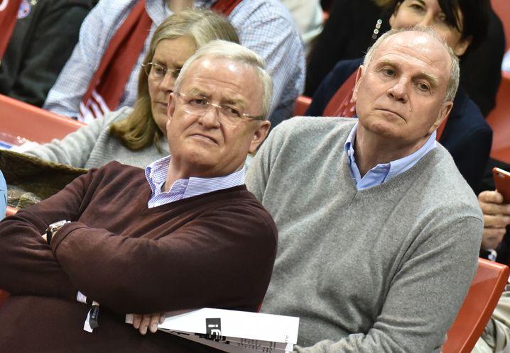 """Leidgenossen Uli Hoeneß (r., mit Winterkorn beim Basketball) hält zu seinem """"persönlichen Freund"""", Winterkorn bleibt im Aufsichtsrat des FC Bayern München"""