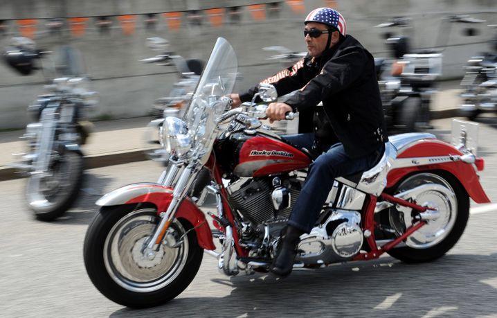 Harley-Fahrer vor wenigen Tagen in Hamburg: 2200 Dollar mehr im Schnitt würde eine Harley kosten, wenn der Motorradhersteller seine Produktion nicht verlagerte. Ob sich deshalb Ärzte, Rechtsanwälte, Banker und andere Harley-Davidson-Fans jetzt keine neuen Maschinen mehr kaufen würden?