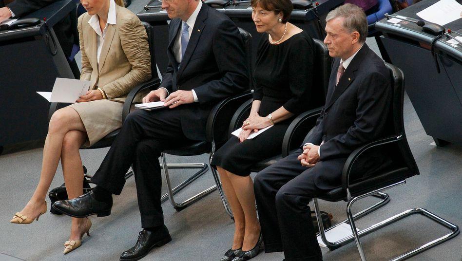 Neuer und alter Bundespräsident im Juli 2010: Christian Wulff (2.v.l) mit Frau Bettina, l.) und seinem Vorgänger Horst Köhler (r.) und dessen Frau Eva Luise (2. v.. r.) bei der Zeremonie im Bundestag im Juli 2010 zur Wahl Wulffs als neuen Bundespräsidenten