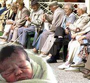 Steigende Lebenserwartung: Dass wir Deutsche immer länger leben ist schön. Für unsere Nachkommen verteuert sich damit aber die private Altersvorsorge, sagen Experten.