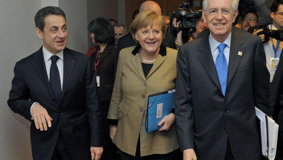 Erleichterte Gesichter nach dem EU-Gipfeltreffen: Frankreichs Präsident Sarkozy (l.), Bundeskanzlerin Merkel und Italiens Premier Monti