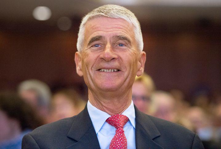 Der ehemalige Vorstandsvorsitzende und derzeitige Aufsichtsratsvorsitzende des Chemiekonzerns BASF, Jürgen Hambrecht, freut sich auf seinen Geburtstag im Sommer: Dann wird er 69 Jahre alt.