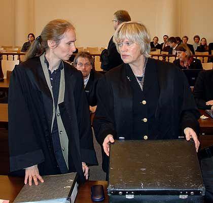 Letzte Vorbereitungen: Rechtsanwältin Voges (r.) mit einer Kollegin