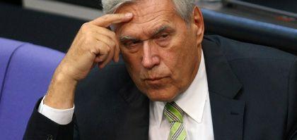 """Für die Opposition ist Glos' abgelehntes Rücktrittsangebot gefundenes Fressen: """"Der Minister ist an seinen Amtssessel gefesselt, damit er nicht heimlich abhaut"""""""