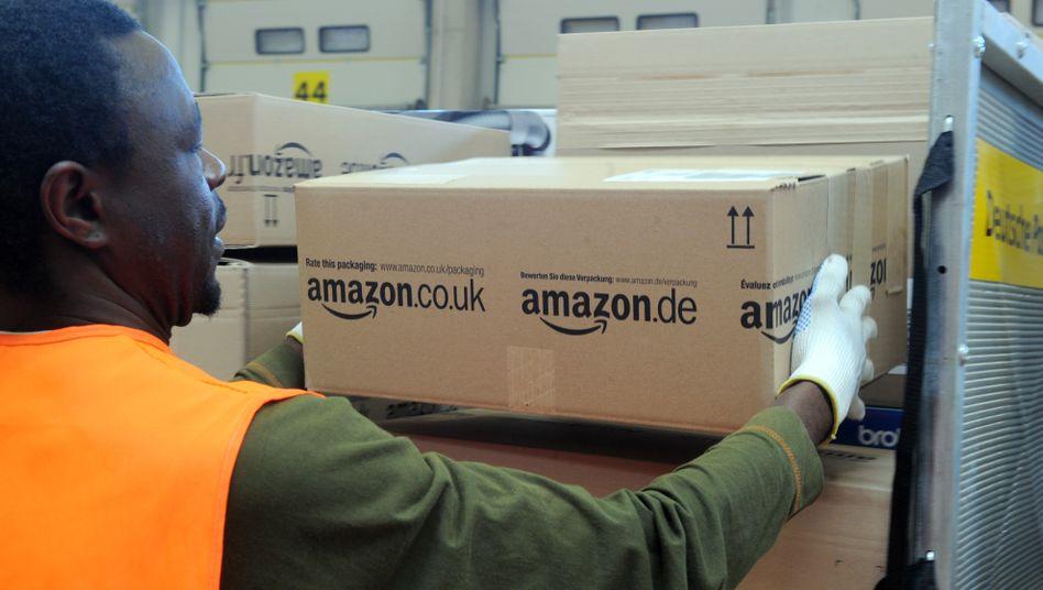 Arbeiter im Amazon-Logistikzentrum Pforzheim: Das Unternehmen arbeitete mit einem Sicherheitsdienst zusammen, der offenbar Kontakte zur rechten Szene hat