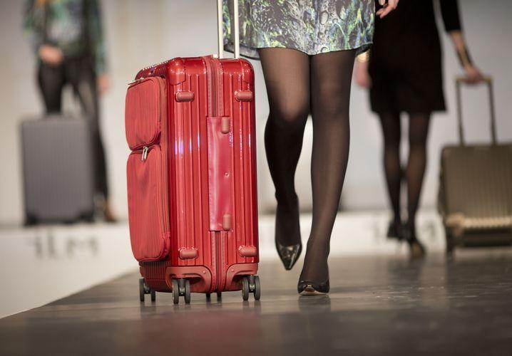Bunt findet man leichter: Wer als Geschäftsreisender keinen roten Koffer neben sich herrollern mag, kann sich mit einem bunten Gepäckgurt behelfen