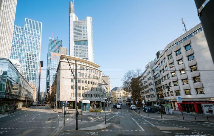 Verwaiste Straßen nicht nur am Willy-Brandt-Platz in Frankfurt Main: Die Menschen schon von sich aus, nach draußen zu gehen. Die Bundesregierung schreckt noch vor einer Ausgangssperre zurück.