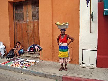 Alles in Farbe: Eine Händlerin bietet in Cartagena ihre Waren feil