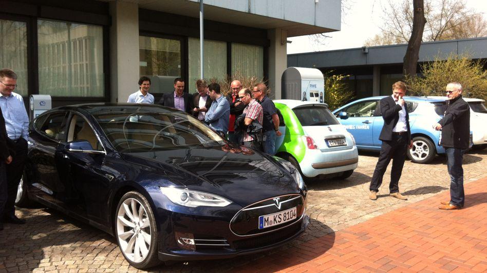 Staunende RWE-Mitarbeiter: Teslas Model S in Dortmund