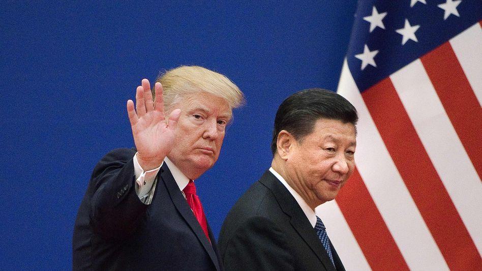 Donald Trump (im Bild mit Staatspräsident Xi Jinping) drohte China zuletzt damit, alle Importe aus dem Reich der Mitte mit Sonderzöllen zu belegen. China steht direkt für mehr als ein Drittel des Wachstums der Weltwirtschaft. Jede Schwächung der chinesischen Wirtschaft hätte damit Auswirkungen auf die Weltkonjunktur