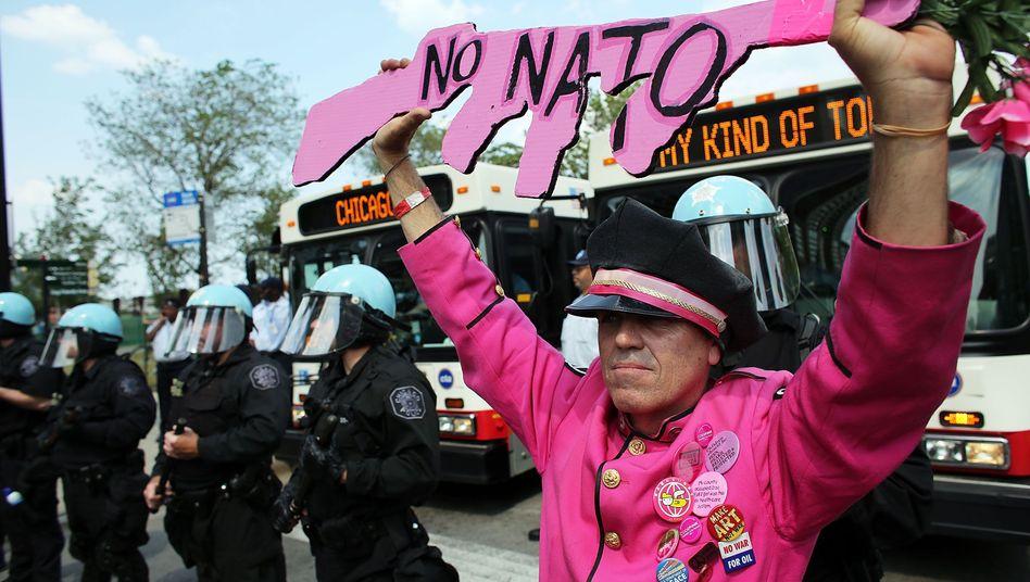 """Nato-Gegner in Chicago: """"Töte eine Person - und es ist Mord. Töte Hunderttausende - und es ist Außenpolitik!"""""""