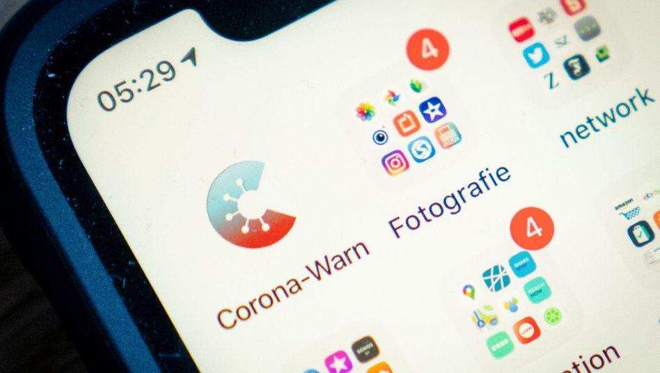 Das Icon der offiziellen Corona-Warn-App des Bundes ist am frühen Morgen auf einem Smartphone zu sehen. Nach wochenlangen Vorbereitungen geht die offizielle deutsche Warn-App für den Kampf gegen das Coronavirus an den Start.