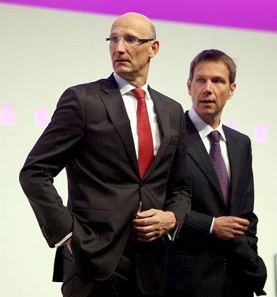 Telekom-Vorstand Höttges (l.): Auslandsgeschäft verursacht Milliardenminus