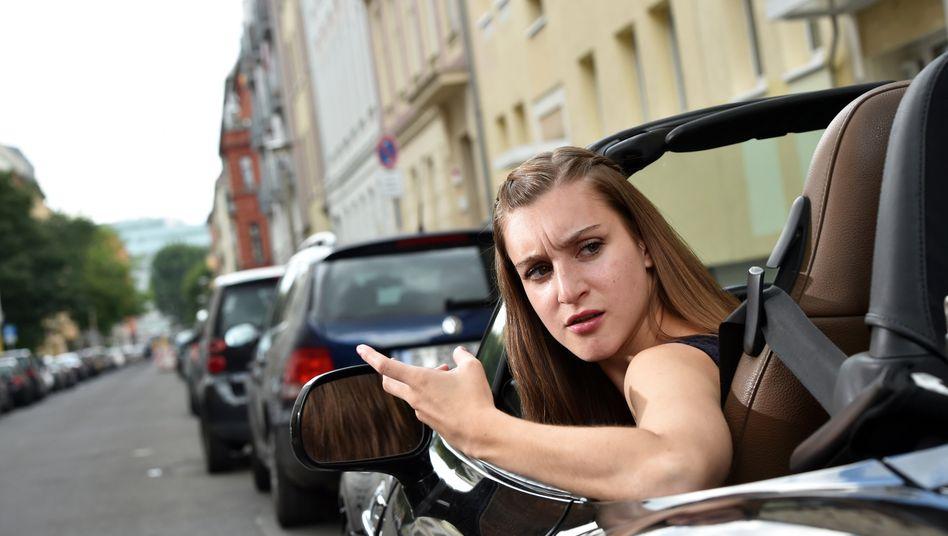 Nervenprobe: Wenn es beim rückwärts Einparken leicht bergab geht, kann sich eine elektronische Parkbremse plötzlich ungewollt festsaugen und das Rangieren erschweren.