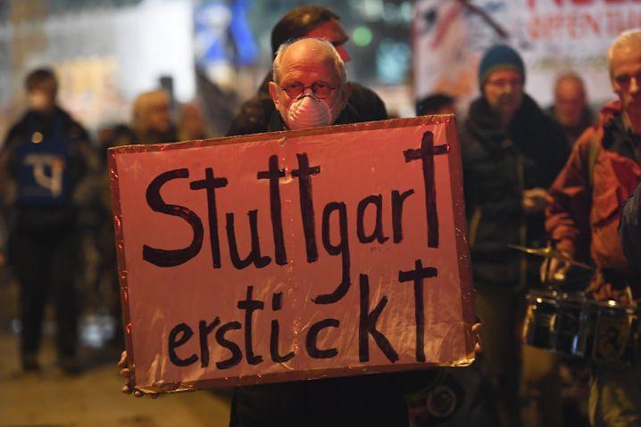 Demonstration in Stuttgart: Die Stadt installiert Mooswände gegen die Feinstaub-Belastung
