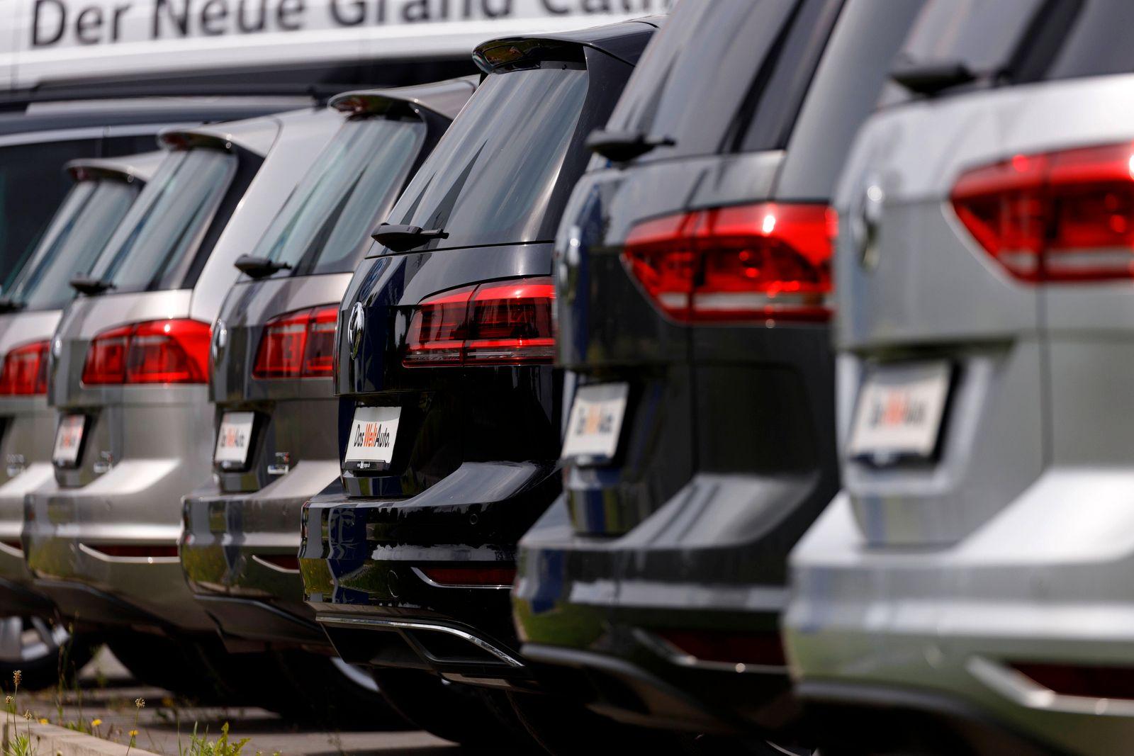 An einem Autohaus stehen Neuwagen des Volkswagen-Konzerns - aufgenommen aus dem öffentlichen Raum. Rheda-Wiedenbrück, 0