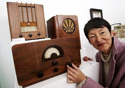 Radios von gestern: Das Stadtmuseum Bergkamen zeigt Rundfunkgeräte von gestern; Museumsleiterin Barbara Strobel führt das Röhrenradio Owin E44W vor.