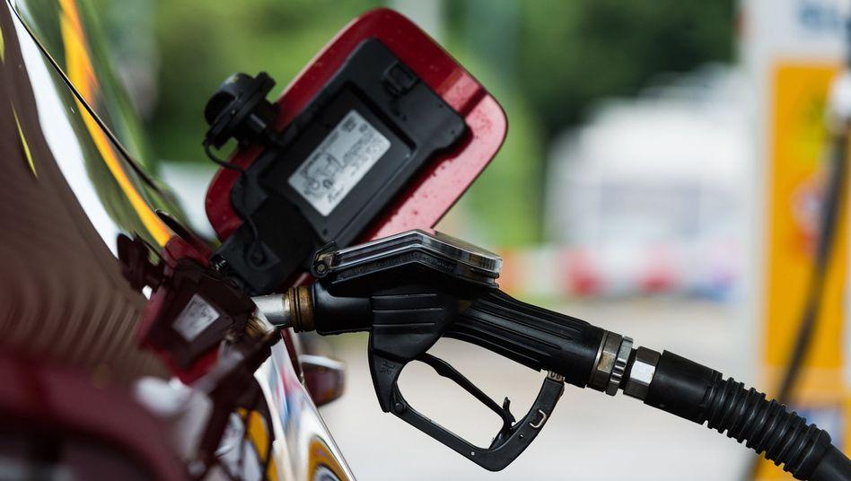 Teures Benzin: Vor allem für Kraftstoffe und leichtes Heizöl mussten Verbraucher im Oktober tiefer in die Tasche greifen
