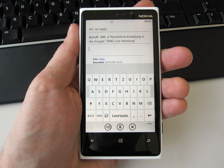Das nervt: Das Mail-Programm lässt kaum Platz für Text. Dafür prangt ein fetter Balken mitten im Bild