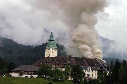 Großbrand und Neuanfang: Noch in der Feuernacht beschlossen Dietmar Müller-Elmau, der Enkel des Gründers, und Christoph Sattler, der Enkel des Schlossarchitekten Carlo Sattler, Elmau wieder aufzubauen.