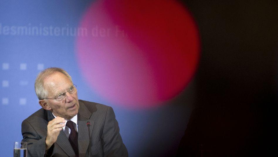 Finanzminister Schäuble: Noch kann sich der Bund zu günstigen Konditionen verschulden - doch die eigene Schuldenlast sowie die Lasten durch die Euro-Rettung steigen. Erst 2016 will der Bund ohne neue Schulden auskommen