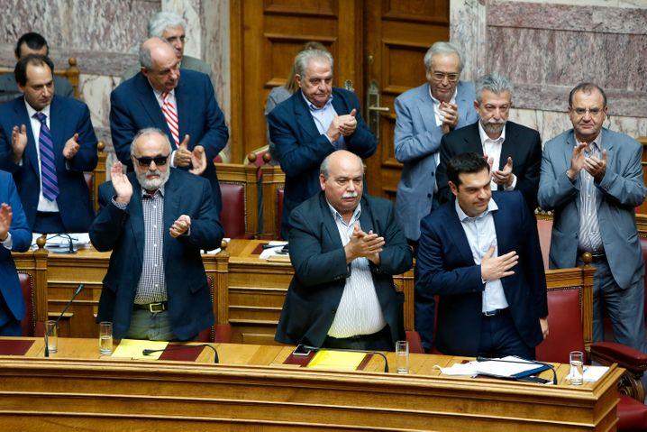 Athen: Abgeordnete im Parlament applaudieren Ministerpräsident Tsipras