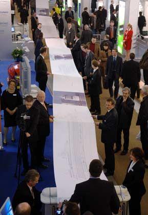 Weltrekord mit Riesenscan: Das Scannen des 29,13 Meter langen und 91,4 Zentimeter breiten Papieres dauerte rund neun Minuten