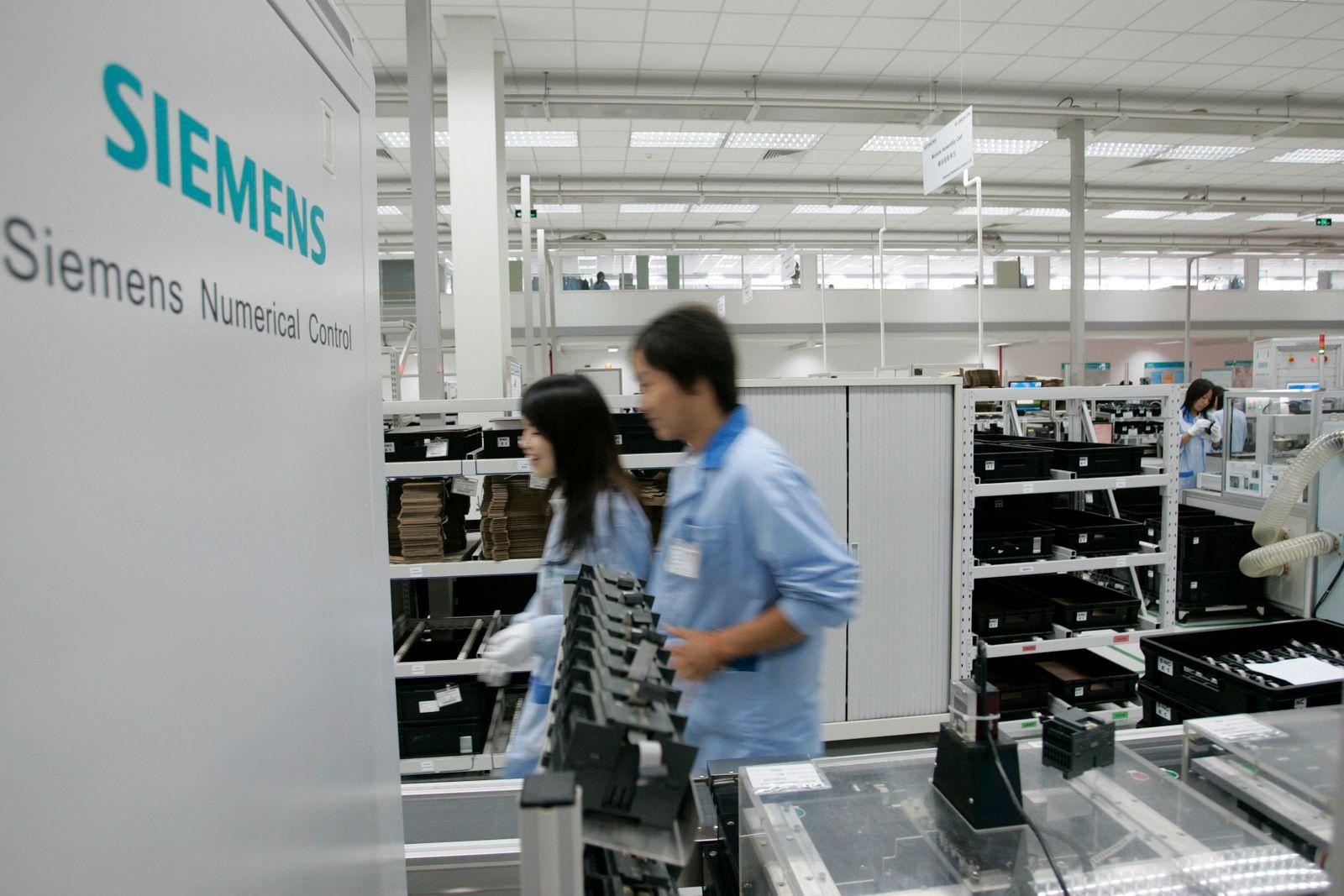 Siemens in China / Arbeiter im Werk / Fabrik in Nanjing