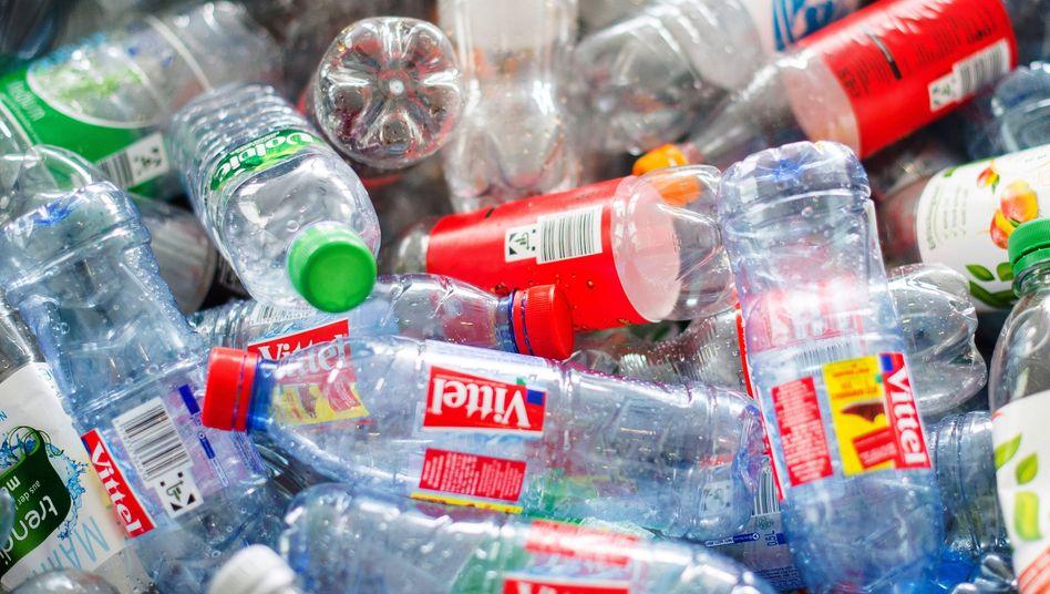 Plastikflaschen im Müll