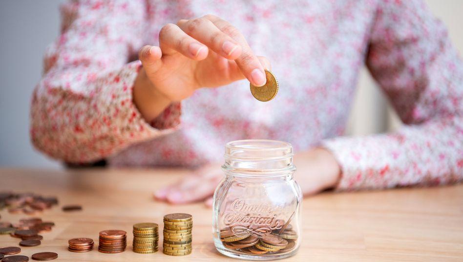 Von 100 Euro verfügbarem Einkommen legen die Deutschen im Schnitt mindestens 11 Euro auf die hohe Kante.