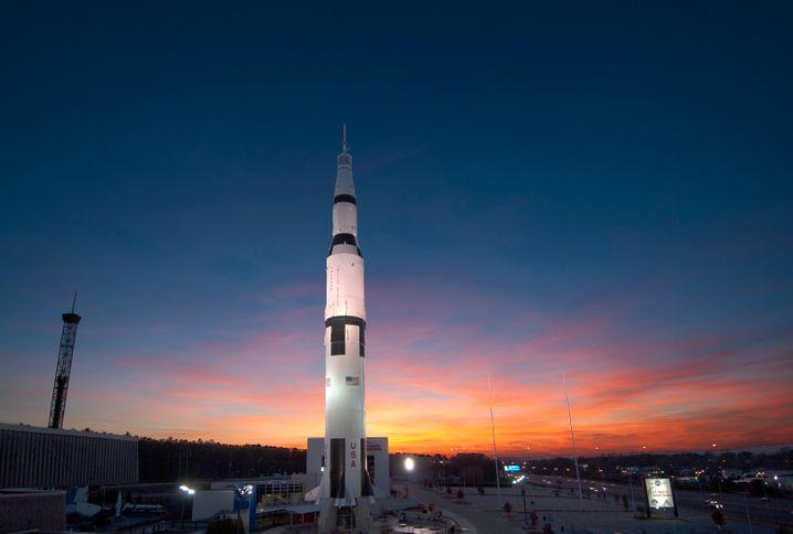 Ursprungsort der Mondraketen: Im US Space & Rocket Center in Huntsville steht die Entwicklung der Saturn V im Vordergrund - hier der originalgetreue Nachbau aus dem Jahr 1999.