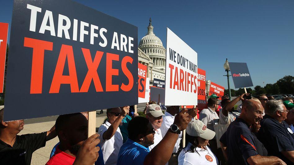 Hunderte Beschäftigte aus der Autoindustrie protestierten vor dem Weißen Haus in Washington während einer Anhörung zu geplanten Zöllen auf Autoimporte